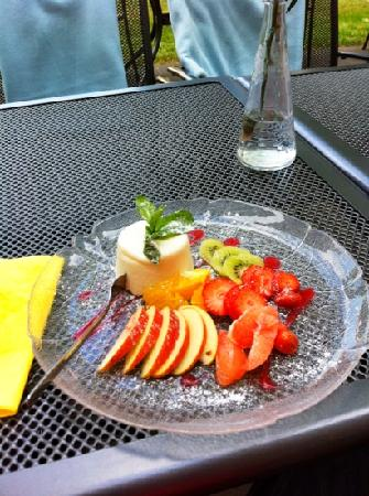 Campanulla Cafe Restaurant: panacota with fresh fruit. and thanks, no melon!