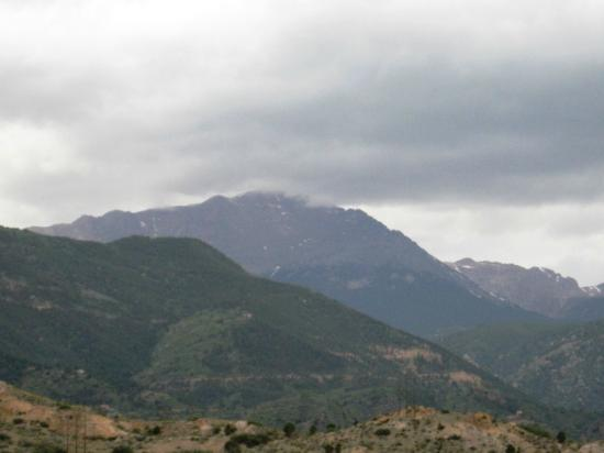 Old Town Guesthouse B&B: Pikes Peak view from our patio...cloudy day