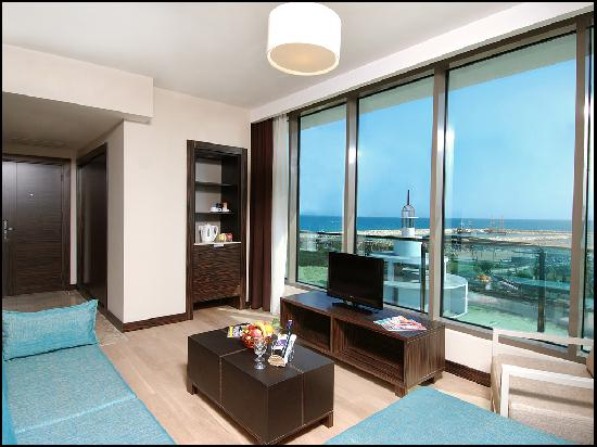 Commodore Elite Suites & Spa: Deluxe Suite (window view)