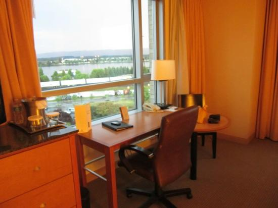 Hilton Vancouver Washington: Desk overlooking the Columbia River