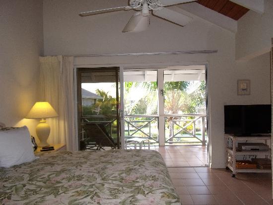 Ocean Club Resort: bedroom area with glass doors to porch