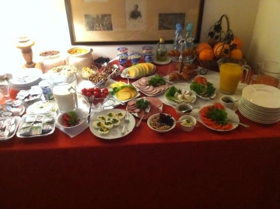 Hotel Pugetow: smoothies, fruits, meat cheeses, juices, eggs, and croissants. Not shown were multigrain rolls a
