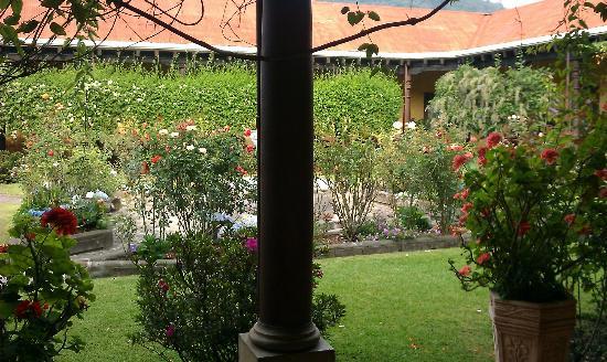 Aurora Hotel: Courtyard