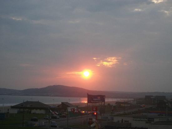 Best Western Aberavon Beach Hotel: sunset over sea. from side window....