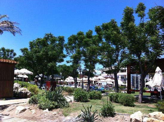 TUI Fun & Sun Club Belek: Bahçeden Genel Bir Görünüm