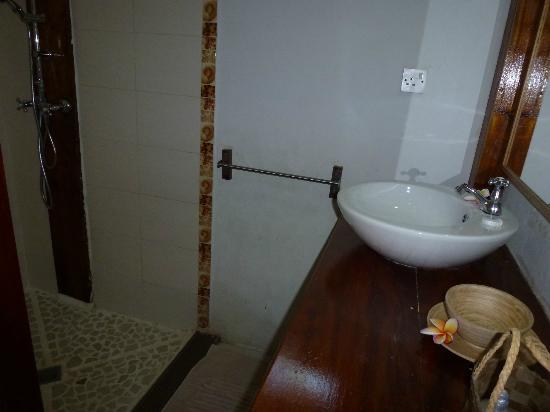 Clef des Iles: Bathroom