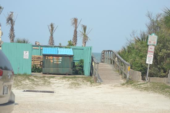 Coconut Palms Beach Resort 1: Trash dumpster on the way to the beach and pool (smelled), can be seen from room