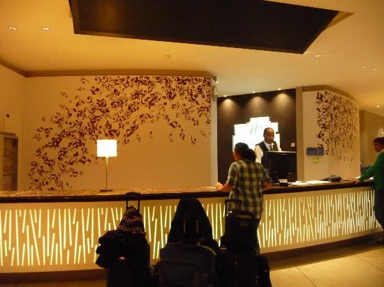 Holiday Inn Paris Marne La Vallee: Front desk