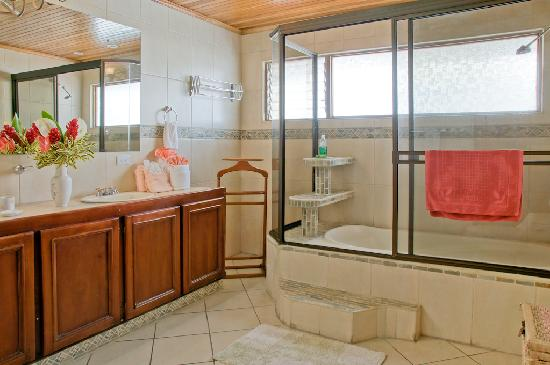 Casa Laurin B&B: Large bathroom with His & Hers vanity and bathtub
