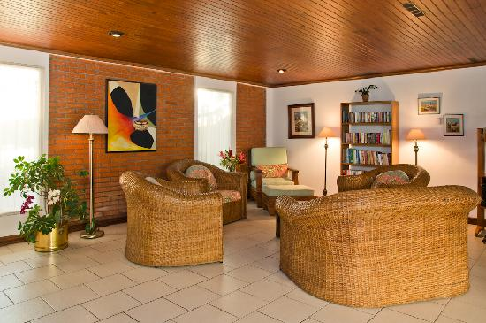 Casa Laurin B&B: Large living room with comfortable seating