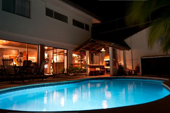 Casa Laurin B&B: Swimming pool by night