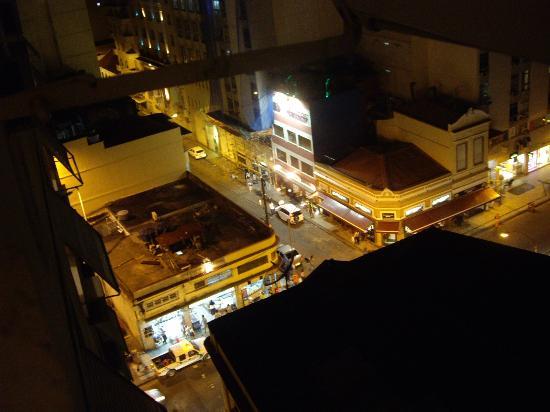 Rio's Nice Hotel: Vue de la rue le soir
