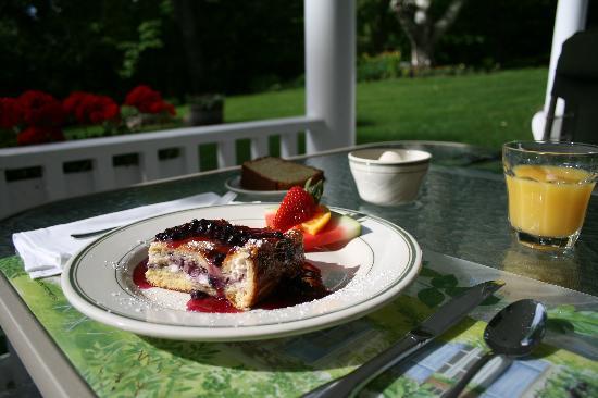 Carter Notch Inn: Breakfast served on the porch