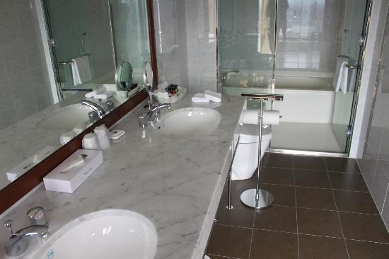 Premier Hotel Nakajima Park Sapporo: 洗面台は2つ、洗い場付きバス