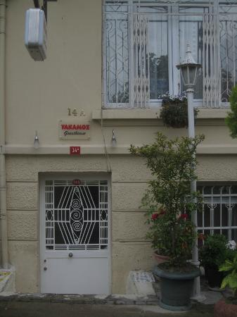 Yakamoz Guesthouse: Outside, street view