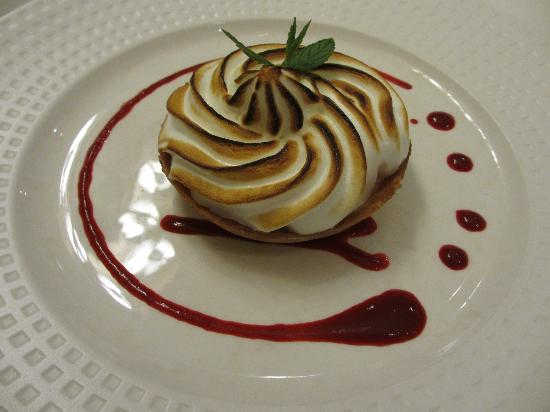 Auberge de Launay: The dessert: Homemade citrus fruit tart with merengue and raspberry juice