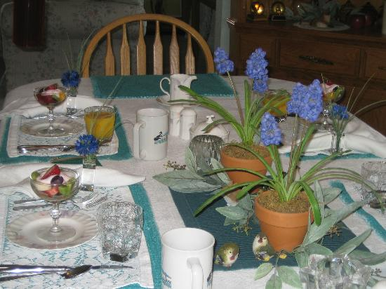 Fox Hollow Bed and Breakfast at Baxter Creek: The breakfast table always looked gorgeous.