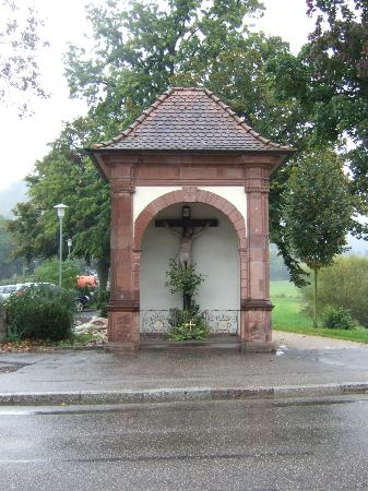 Schwarzwald-Hotel Gengenbach: Genganbach. Roadside Shrine.