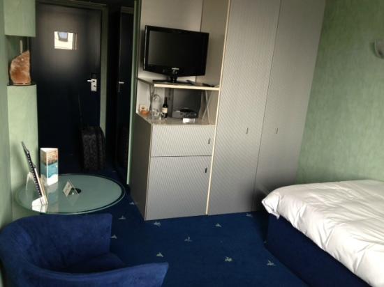 Best Western Hotel Regence: TV, microwave, fridge (mini bar), table