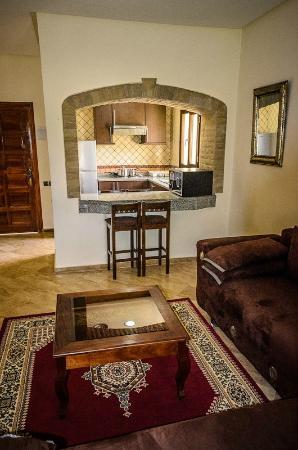 Complexe Touristique Diamant Vert: Living room and kitchen