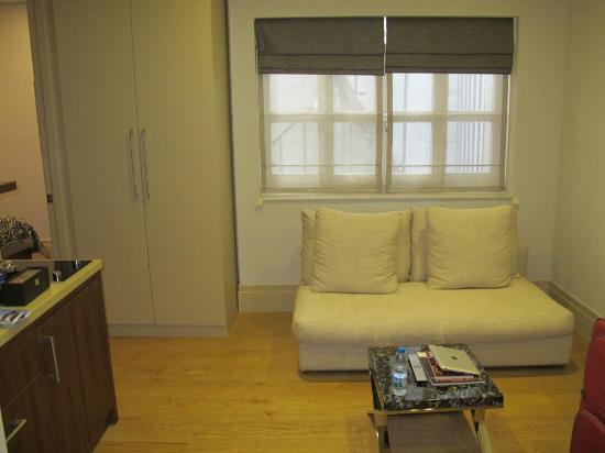 Stories Hotel Kumbaraci: sofá e armário