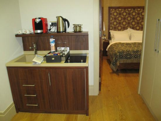 Stories Hotel Kumbaraci: mini cozinha (máq café, chaleira, fogão, frigobar embutido)