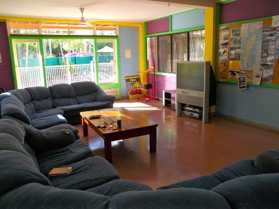 Fraser Roving Backpacker Hostel: Living room
