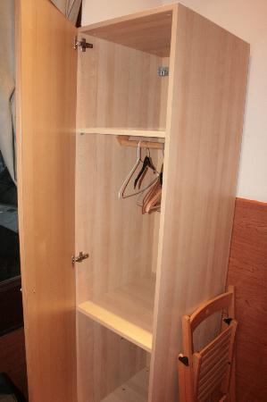 Pelayo Studios Guest House: Closet