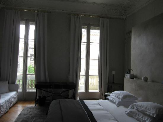 L'Hotel Particulier: View through windows out to street