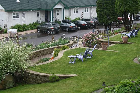 Winfield Inn: Lawn and garden - view from 2nd floor motel room