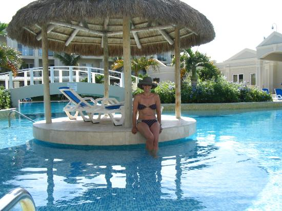 The Atrium Resort: pool area