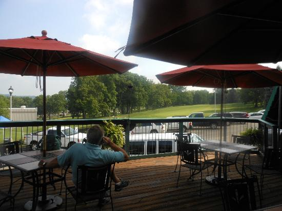 Lakeview Golf Resort and Spa: Outdoor dining overlooking 18th green