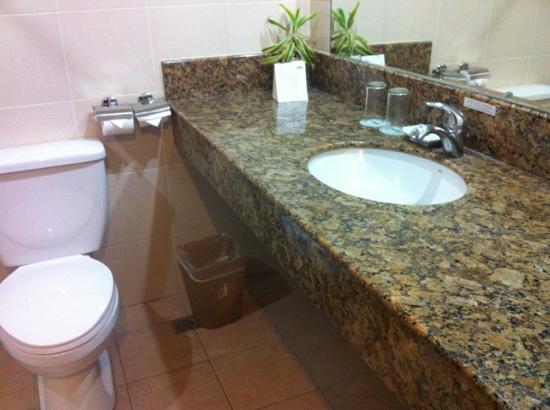 Hotel Tropika Davao: spacious toilet