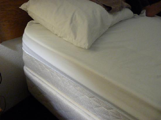 Super 8 Boone: Queen sheets for King bed