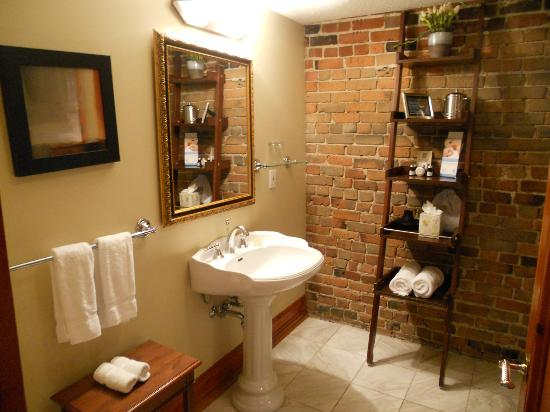 Auberge du Vieux-Port: How Cute is this bathroom?