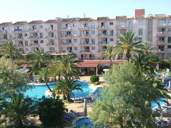 Sol de Alcudia Apartamentos: hotel across from sol de alcudia