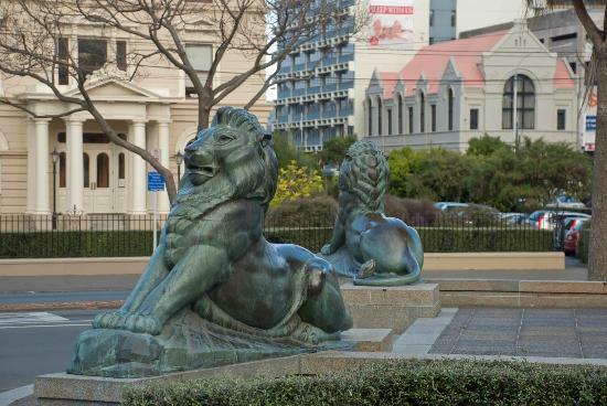 Wellington Cenotaph: Proud lions