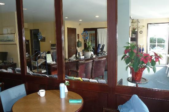Admiral Inn: Lobby / Front Desk