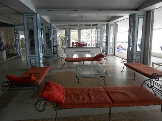 Le Beach Hôtel: Hotel lounge/sofas