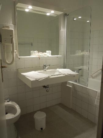 Hotel Le Beau Site: Bathroom at Hôtel Beau Site, Talloires Apr 28 2012