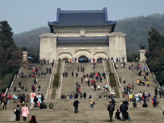 La montagna viola (Zijin Shan): Crowds on steps to Dr.Sun Yat-Sen Mausoleum