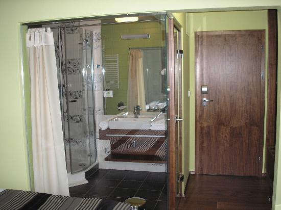 Wellness & Spa Hotel Augustiniansky dum: bathroom with glass wall