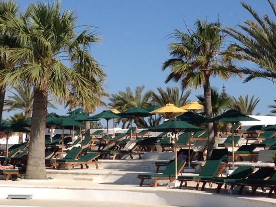 Djerba Plaza Hotel & Spa : farniente au bord de la piscine
