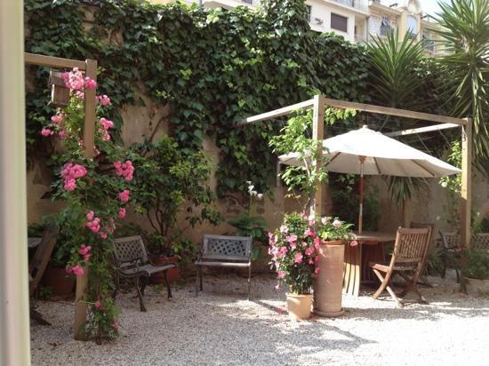 Nice Garden Hotel: giardino