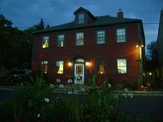 Bailey House Bed and Breakfast: ... the Bailey House at dusk.