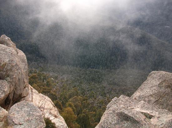 Booroomba Rocks Walk: Peeking over the cliffs - the view below