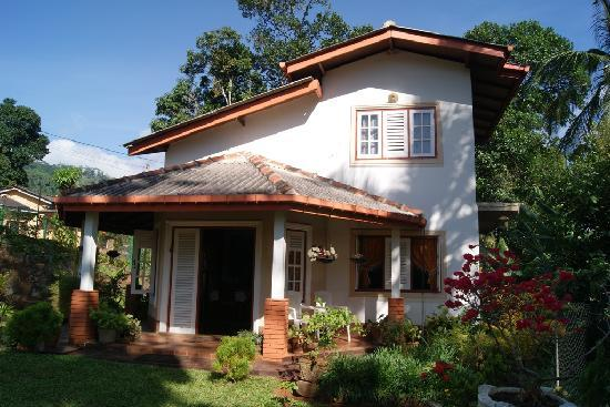 Sujatha's Homestay: Front Garden and Entrance