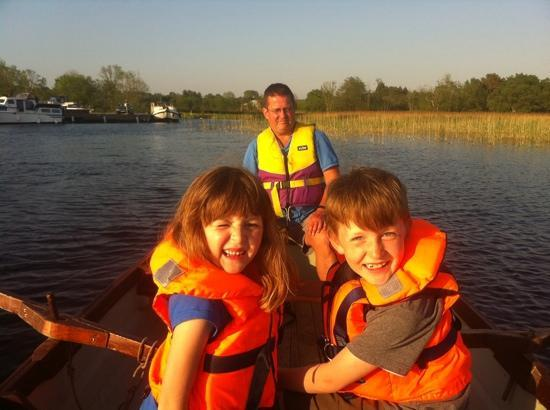 Riverhaven Log Cabins: kids rowing us to the pub