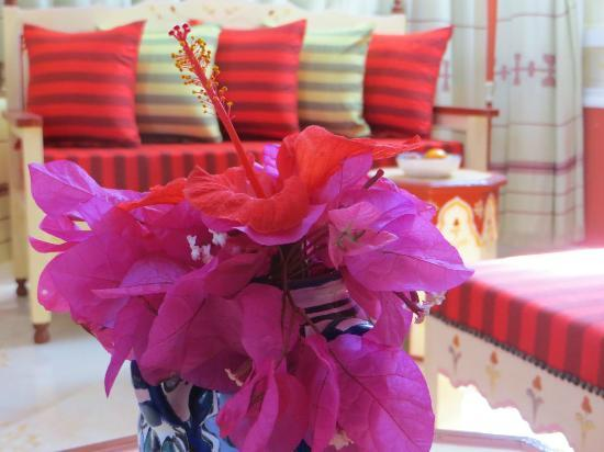 Amphora Menzel Guesthouse : Hibiscus in a beautiful traditional vase in the middle of my room