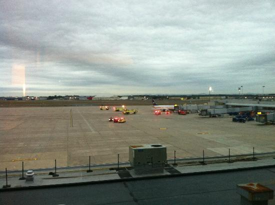 Sheraton Hartford Hotel at Bradley Airport: Blick zum Vorfeld Flughafen